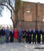 Autoridades e invitados especiales concurrentes al acto, tras la ceremonia de inauguración del monolito.