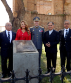 Directivos del Cículo de Amigos de la Escuela, junto a autoridades civiles, militares y religiosas.
