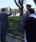 El Capellán de la Escuela de Suboficiales derrama agua bendita sobre el nuevo memorial histórico.