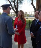 El Coronel Slater hace entrega de la Moneda Cincuentenario de la Escuela de Suboficiales, a la Alcaldesa Kathy Barriga.