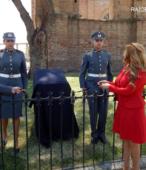 El Director de la Escuela de Suboficiales junto a la Alcaldesa de Maipú, listos para descubrir el nuevo memorial.