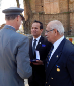 El Presidente del Rotary Club Maipú, Juan Domingo Rivera, recibe la Moneda Cincuentenario de la Escuela de Suboficiales.