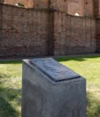 El sobrio monolito y su placa de bronce recordatoria.