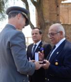Enrique Olivares González. Presidente del Circulo de Amigos de la Escuela de Suboficiales, recibe la Moneda Cincuentenario del Instituto