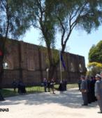 Imponente telón de fondo con los muros históricos de la Capilla de la Victoria.