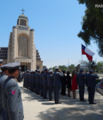 La ceremonia se inició con el izamiento del Pabellón Patrio en el mástil de honor.