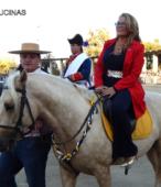 Alcaldesa de Maipú, Sra. Kathy Barriga, llega al lugar de la ceremonia montada a caballo (1)