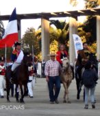 Alcaldesa de Maipú, Sra. Kathy Barriga, llega al lugar de la ceremonia montada a caballo (2)