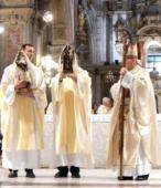 El 14 de marzo, tras la Misa de los 200 años de la Promesa de Chile a la Virgen del Carmen, ambas imágenes iniciaron el peregrinaje por las unidades militares del país (8)-001
